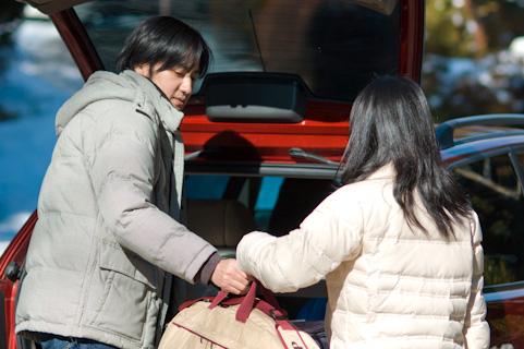お互いの荷物を運び合う男女