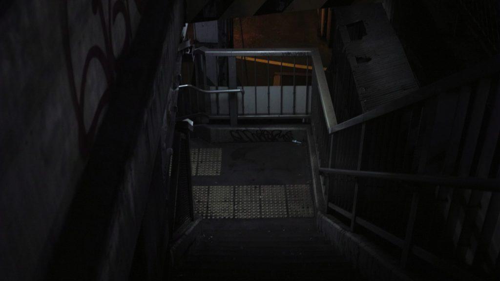 暗い夜の歩道橋
