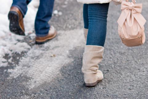 足並みをそろえて歩くカップル
