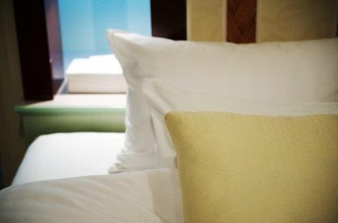 ダブルベッドと枕