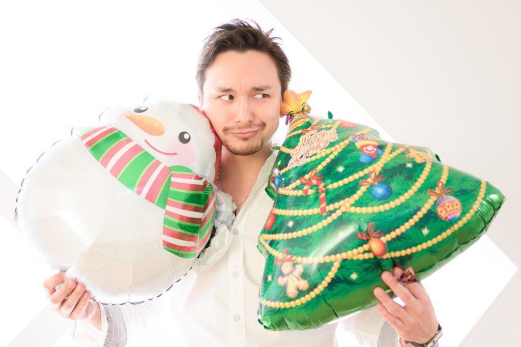 クリスマスプレゼントを持った男性
