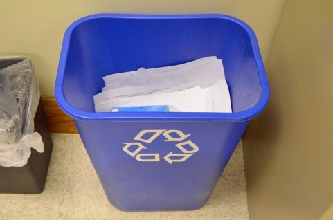 紙の捨てられたゴミ箱