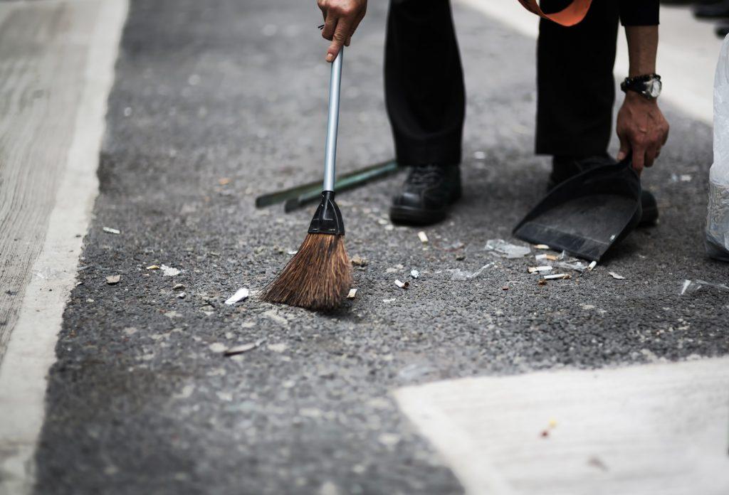 忙しく掃除をする男性