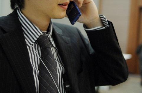 忙しく電話する男性