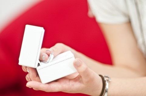 箱に入った婚約指輪