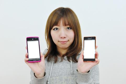 携帯で着信拒否する女性