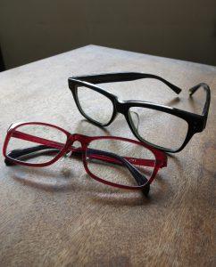同じ眼鏡の色違い2つ