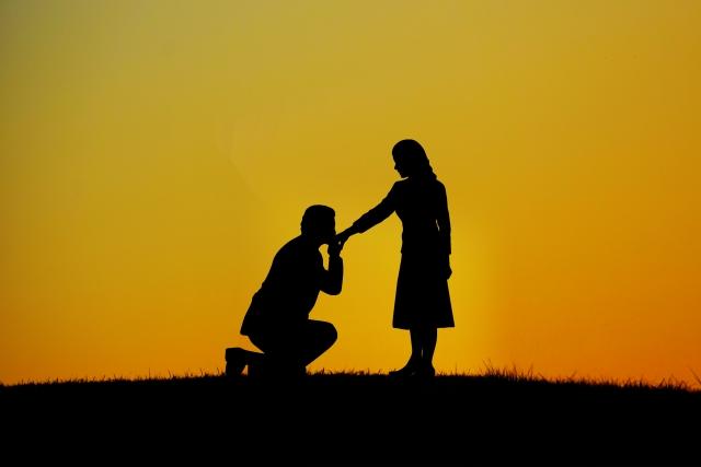 素敵な男性にプロポーズされる女性