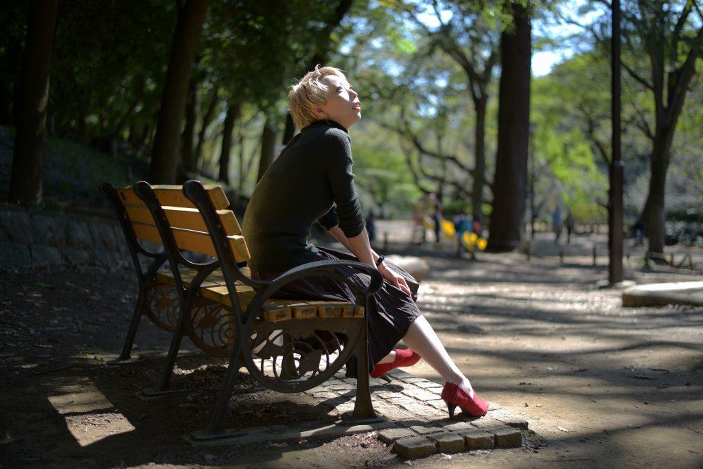 ベンチに座り素っ気ない女性
