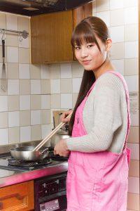 料理を頑張る女性