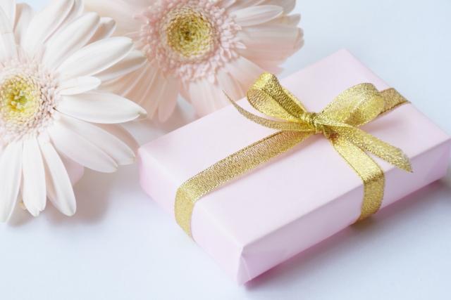 ピンクの包装の誕生日プレゼント
