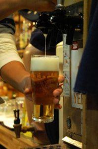 サーバーで注がれたビール
