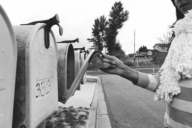 郵便受けを確認する女性