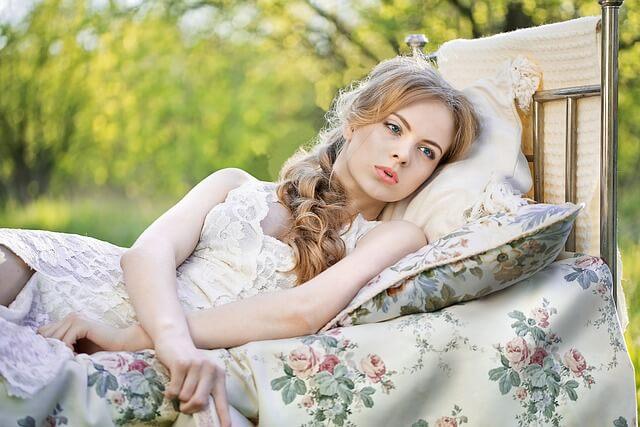 白馬の王子様を待つ女性