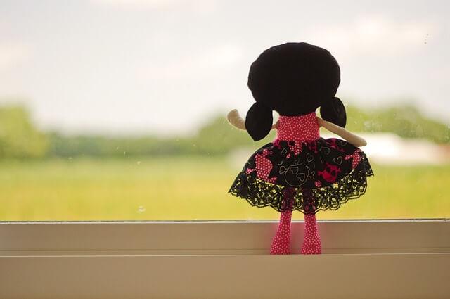 窓から見送る女性