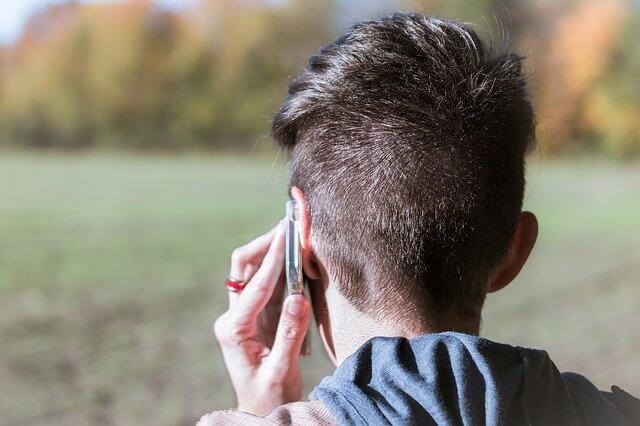 電話で別れを告げる男性
