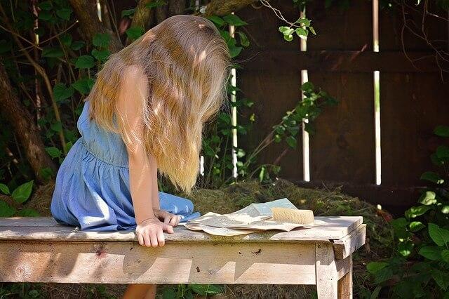 手紙の内容を確認する女性
