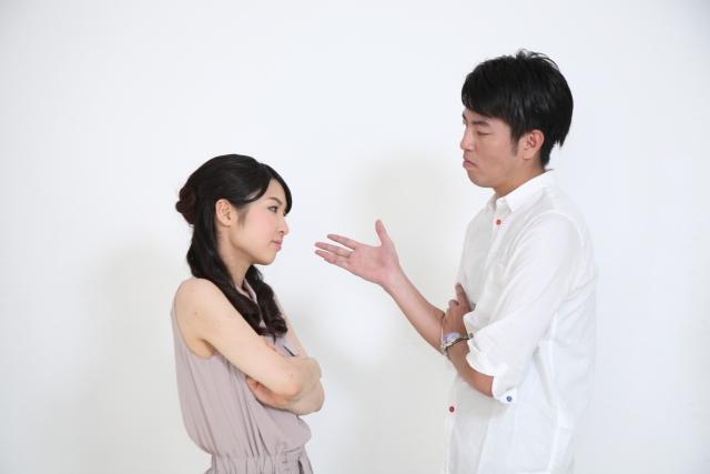 不満を話し合うカップル