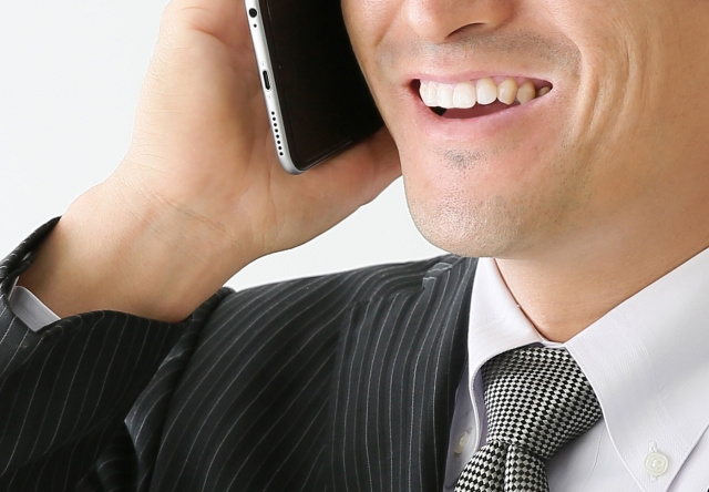 電話でテンションの高い男性