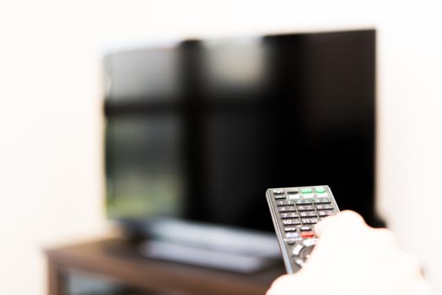 恋愛ドラマが流れているテレビとリモコン