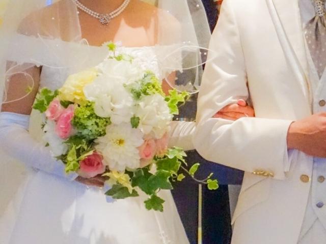 腕を組むカップルの結婚式