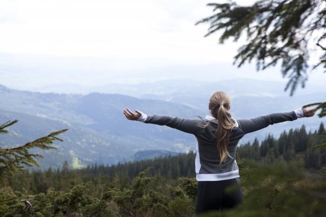 自然のある場所に行く女性