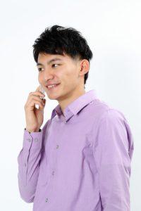 電話でデートに誘う女性