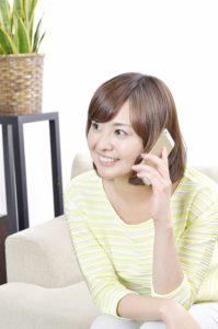 電話することで距離を近づける女性