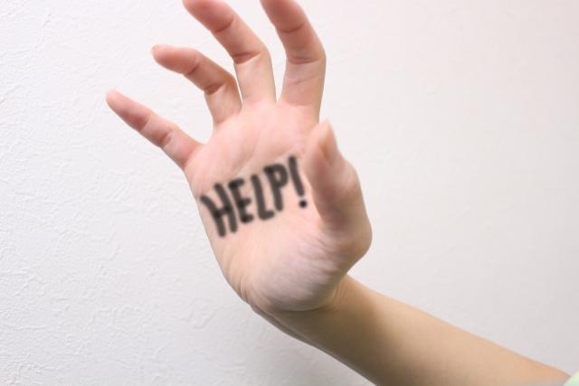 男性に助けを求める女性