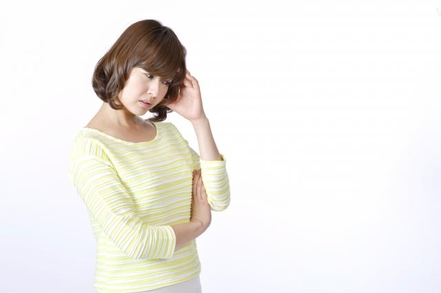 結婚の悩みを解消できそうなか悩む女性