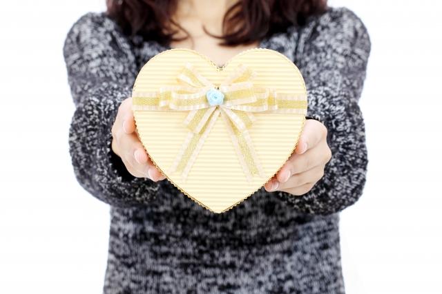 サプライズプレゼントをする女性
