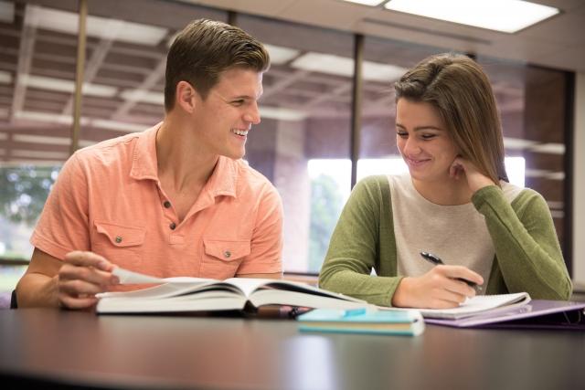 デートは一緒に勉強するカップル