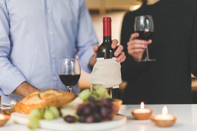 ワインを嗜むカップル