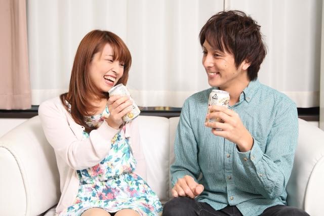 家で会話を楽しむカップル