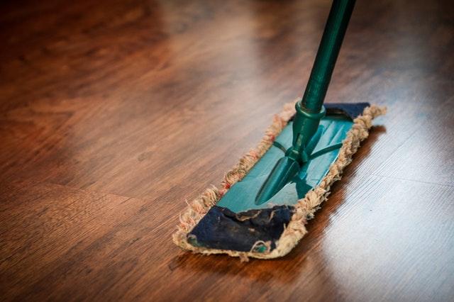 家事の掃除をする女性