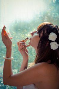 化粧を頑張る女性