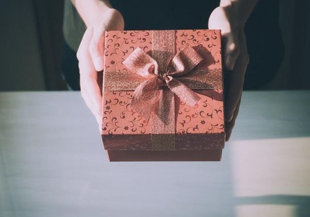 プレゼント返しをする女性