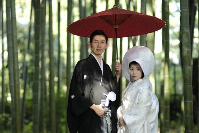 和装結婚式をするカップル