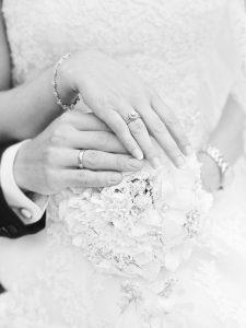 結婚式で手を合わせる新郎新婦