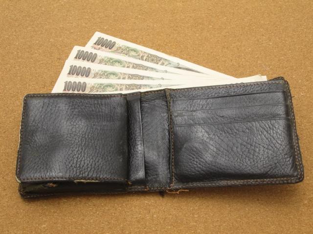 財布のひもに入った万札