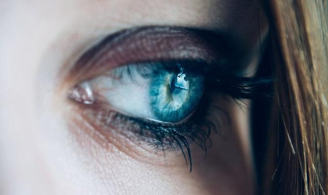 相手に疑いの目を向ける女性