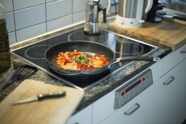 2人分の料理をする女性