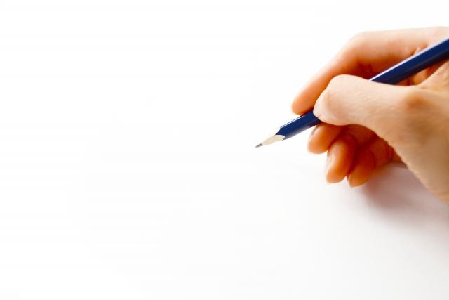 恋愛のモヤモヤを書き出す女性