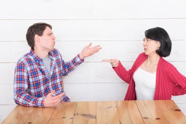 対面で別れについて話す女性