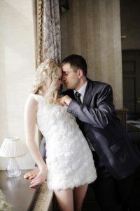 キスしながら胸を触る男性