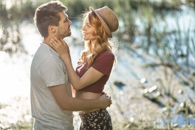 キスするほど彼に夢中になる女性
