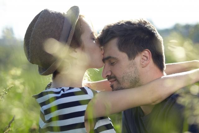 ハグしながらキスするカップル
