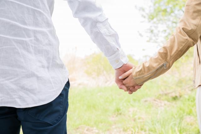 交際前に手をつなぐカップル