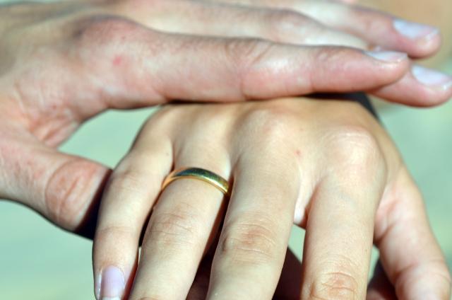 手に触れる女性