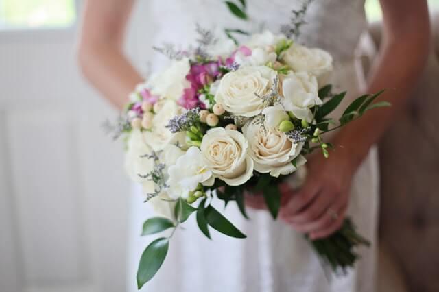 結婚式のウエディングドレスを身にまとう女性
